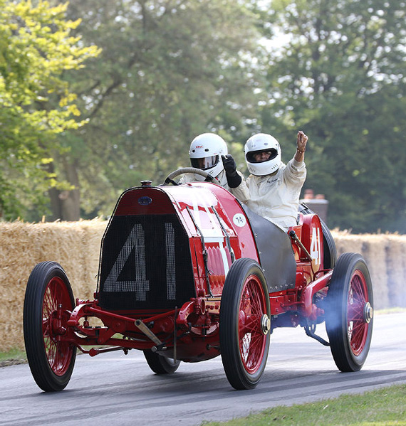 Almost hundred years earlier, it was what a Grand Prix car looked like ! This Fiat S74 Grand Prix car, powered by a 14.2-litre 4-cylinder, almost won the 1911 US Grand Prix but was thwarted by an oil leak.