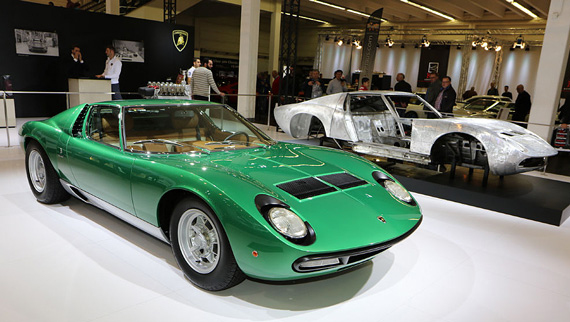 As Ferrari and other manufacturers, Lamborghini also has its own restoration department. Here is the just restored first Miura P400 SV presented at the 1971 Geneva Motor Show together with a P400 S chassis before restoration.