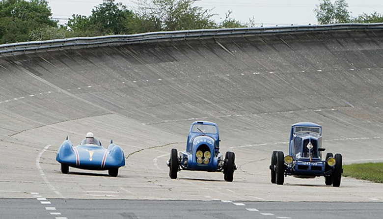 Three generations of Renault record breakers on the concrete oval of  Montlhéry. From left to right: the 1956 Etoile Filante turbine car, the 1934 Nervasport a and the 1926, 40 CV Spéciale Type NM .  (photo Renault Communication).