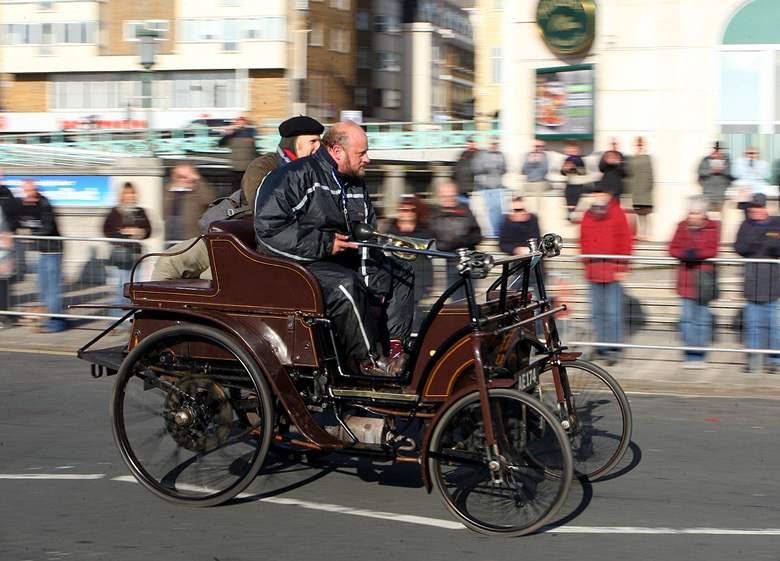 R. Stephens in Clevedon, Somerset made bicycles and between 1898 and 1900 built a few motor cars with the drive being transmitted by belts to a countershaft with chains to the rear wheels.