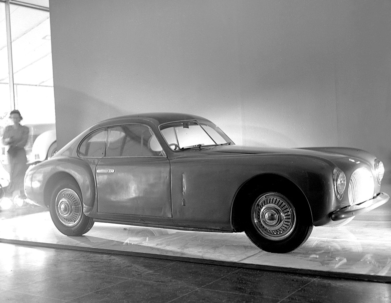 Una rara immagine della Cisitalia 202 nell'esposizione del 1951 al MoMA di New York - Immagine da velocetoday.com